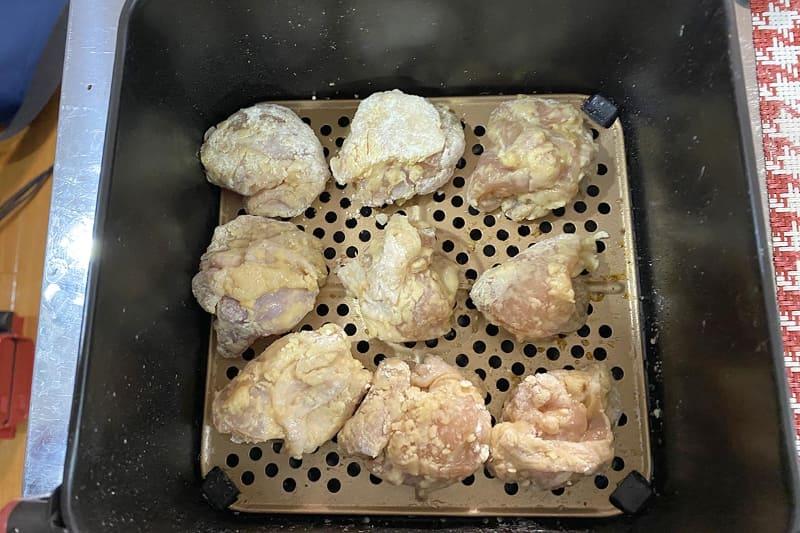 片栗粉をまぶした鶏肉を内アミの上に並べる