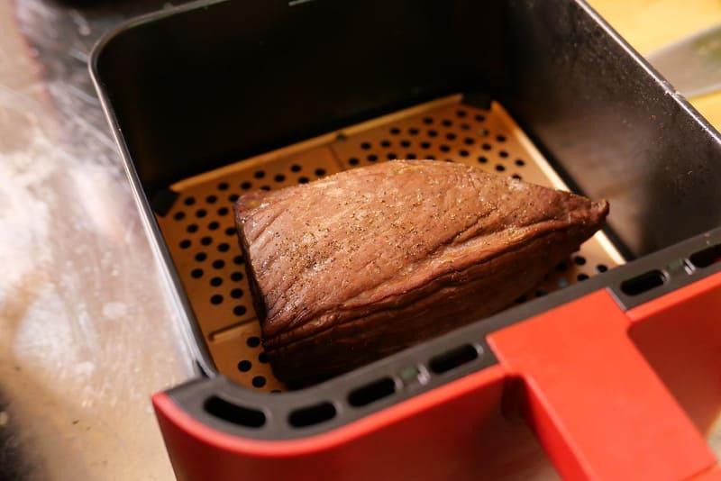 10分の加熱と5分の余熱で完成したローストビーフ。短時間で作ったとは思えないほどのジューシーな仕上がりだった