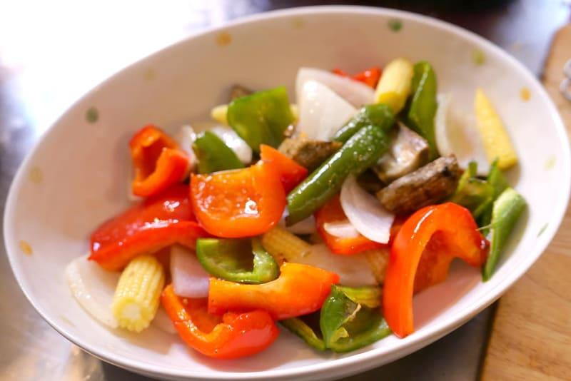 パプリカやピーマン、ゴボウなどの野菜に塩コショウをして、オリーブオイルで和えて加熱するだけでも手軽にグリル野菜が作れる。余った野菜で手軽に1品作れるのが便利