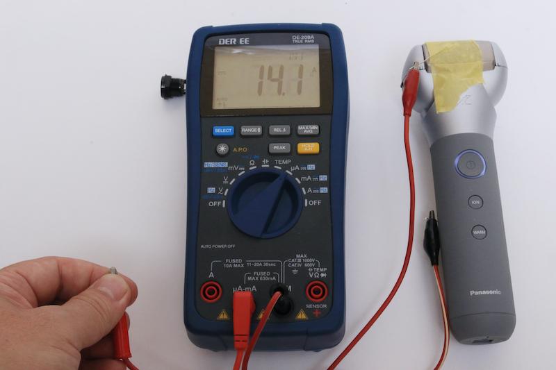 顔と手の間に流れる電流は14μA。まったく電気を感じない