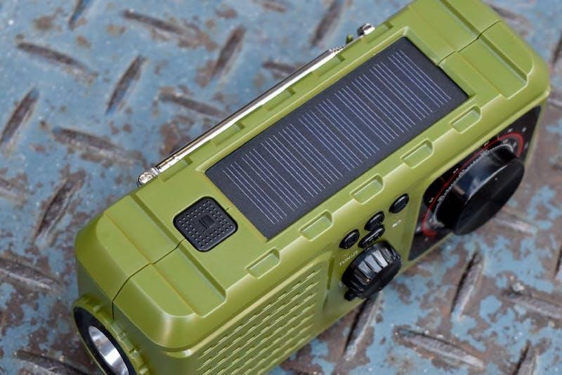 ソーラーや手回し充電に対応