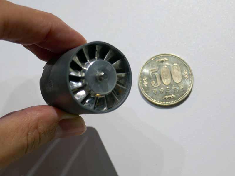 ダイソンデジタルモーターV9。500円玉と比べてもこのサイズ
