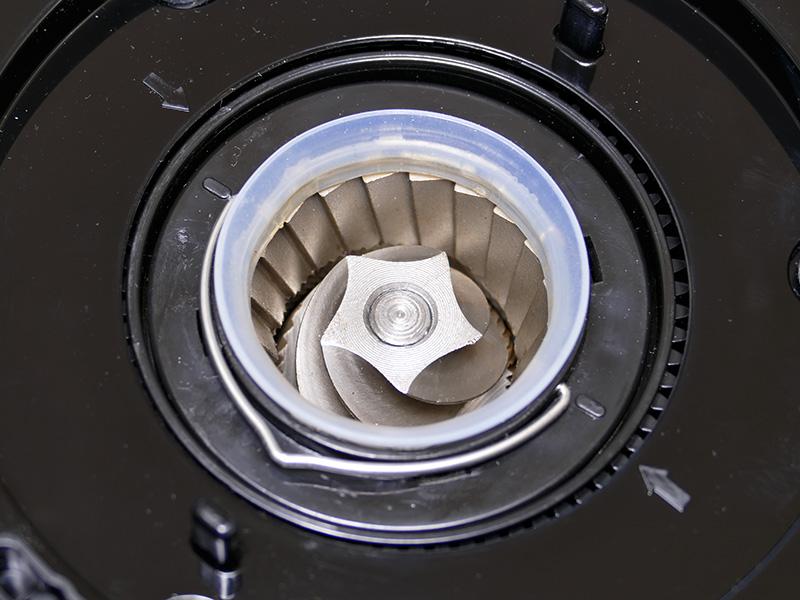 円錐状の刃が豆を粉砕する、業務用としても使用されているコニカル式グラインダーを採用