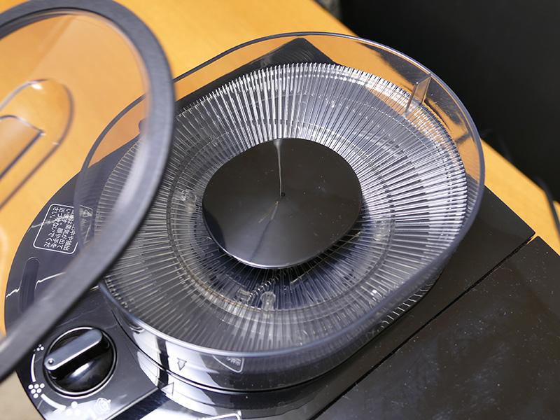 豆を入れておくホッパー。フタの縁はシリコン製で密閉度が高い