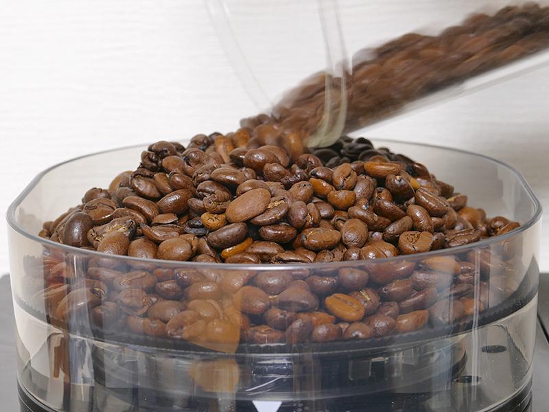 ホッパーに180gの中煎り豆が全部入った