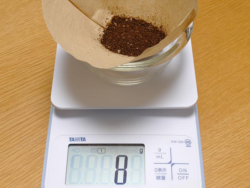 グラインダー内部には8gの豆が残った。しばらく使わない時や手入れ時は挽ききるといいだろう