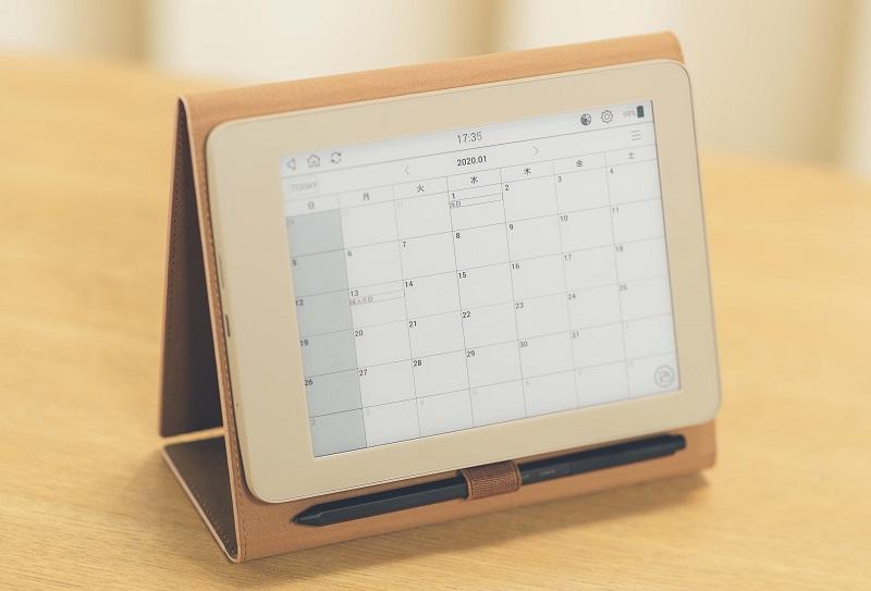 別売の専用カバーにセットして卓上カレンダーとしても使える
