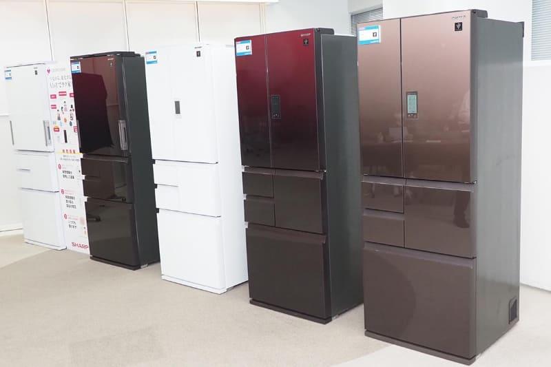 右の3機種が液晶付き「SJ-AF50G」、左の2機種が音声操作対応の「SJ-AW50G」