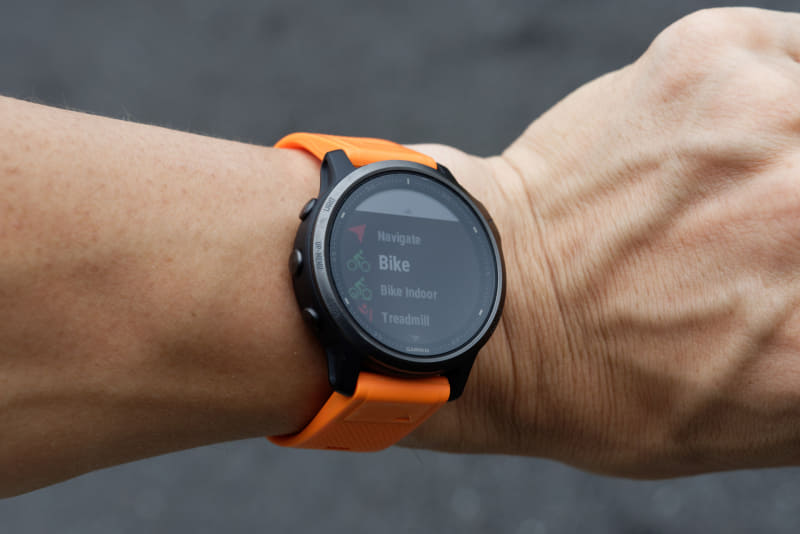 アクティビティ中の移動経路や心拍などを計測できるスマートウォッチを使用