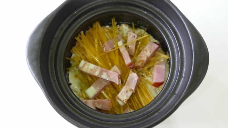 乾麺はなるべく均等に半々で折る。土鍋のサイズがギリギリなのだ……
