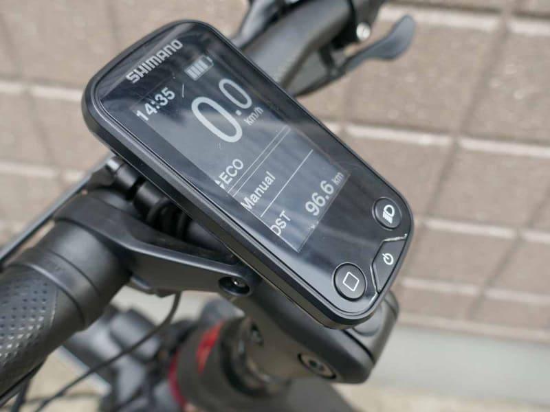 サイクルコンピューターの画面で、走行モードやバッテリー残量、距離などが確認可能