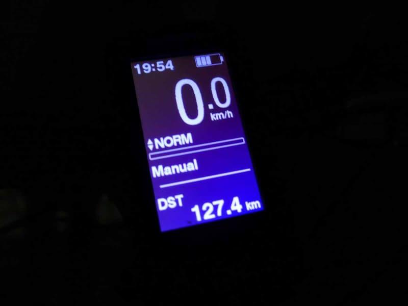 100km以上走ってやっと目盛り2つ分。頻繁に充電しなくても大丈夫です