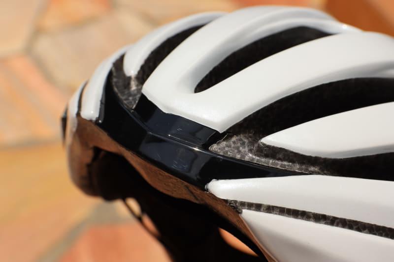 ヘルメットの真ん中にもマグネットが埋まっていて、3カ所固定される