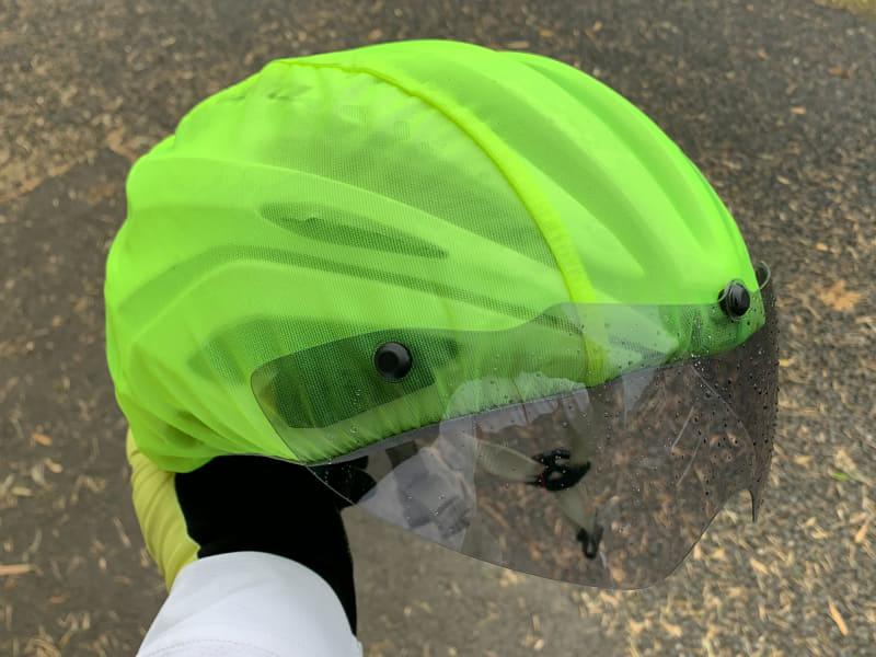 ヘルメット用のレインカバーをつけた上からでもシールドが装着できた