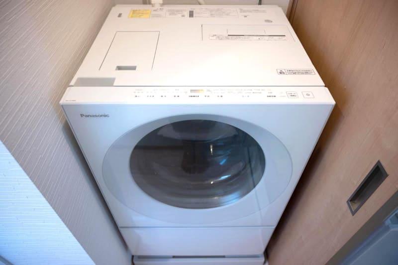 引っ越しを機に新たに購入した、パナソニックのななめドラム洗濯乾燥機「NA-VG740」。ギリギリ収まっている