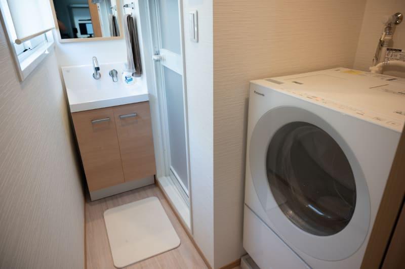 洗面室。乾燥機能を使うと洗面台の鏡が結露で見えなくなるなど温かく湿気だらけに。窓を開けたいところだが……