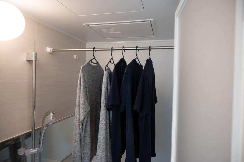 浴室の衣類乾燥機能の利用イメージ。天井の換気ユニットから出る温風を衣類に直接当てて乾燥させる。吹出口の前以外は少し乾きにくい