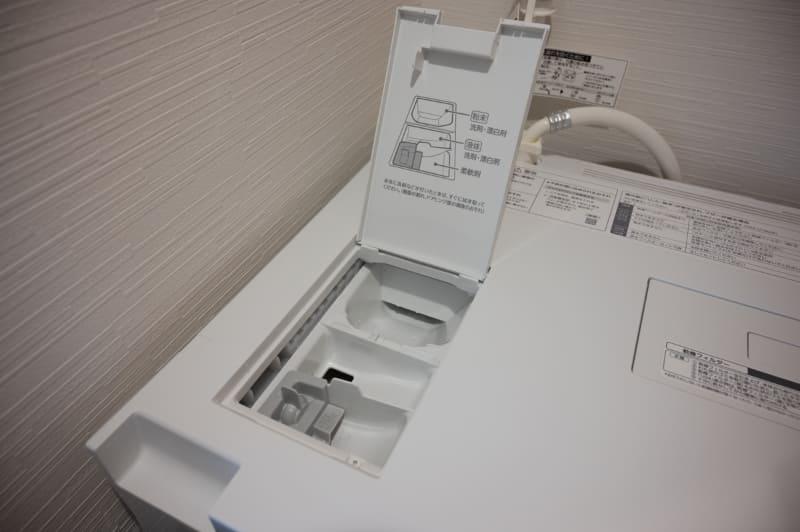 洗剤の投入口。一人暮らしの1週間程度なら0.6~0.8杯で、洗剤のキャップの目盛り通りに入れるだけだ