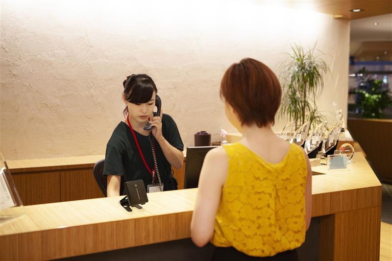 ホテルなどのカウンター、オフィスの受付といったさまざま場所で設置できるという