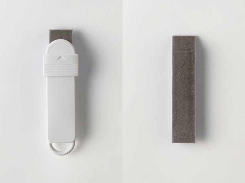 すみずみ消しゴム ケース付き(左)、すみずみ消しゴム(右)
