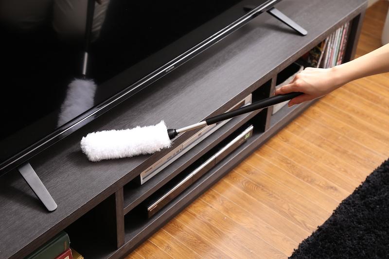 床掃除をしながら、気になるホコリを静電気を帯びたモップで吸着