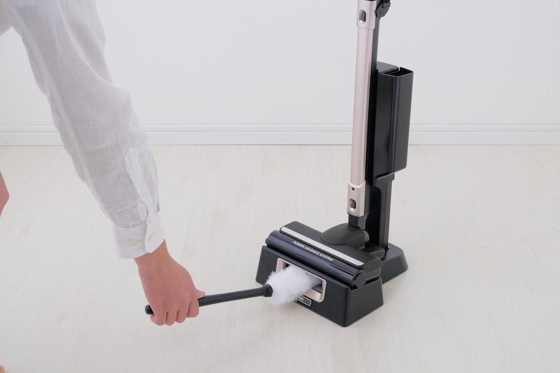 掃除機のスタンドに搭載している除電プレートが除電し、掃除機本体でモップに付いたホコリを吸引