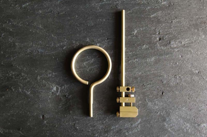 つや消しのブラスト加工が施された真鍮でできている