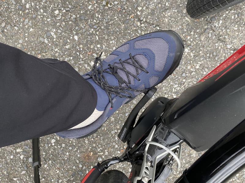ET3を履いてペダルを踏んだ様子。フツーの運動靴で自転車を漕いだという感じですが……