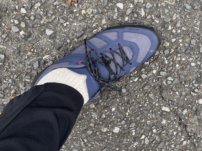 ベロ(タン)が短め薄めなので、よく見ると「あれ? 普通の運動靴とちょっと違う!?」とは思いますが、歩いた感じは普通の運動靴とほぼ同じ。靴底が硬いという印象は特にありません。な~んか不思議