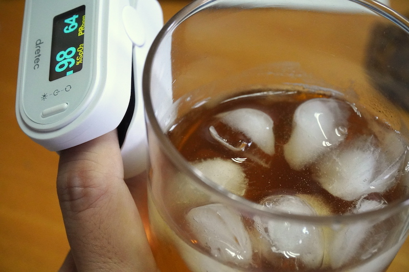 血中酸素濃度を測りながら飲めば、飲み過ぎも防止できるかも?(写真はイメージです)