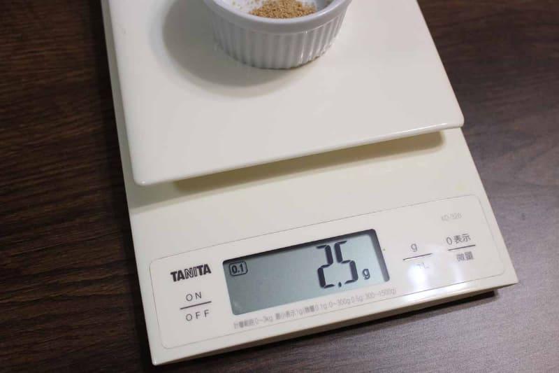 正確に作るなら、0.1g単位で軽量できる量りを使ったほうが安心だ