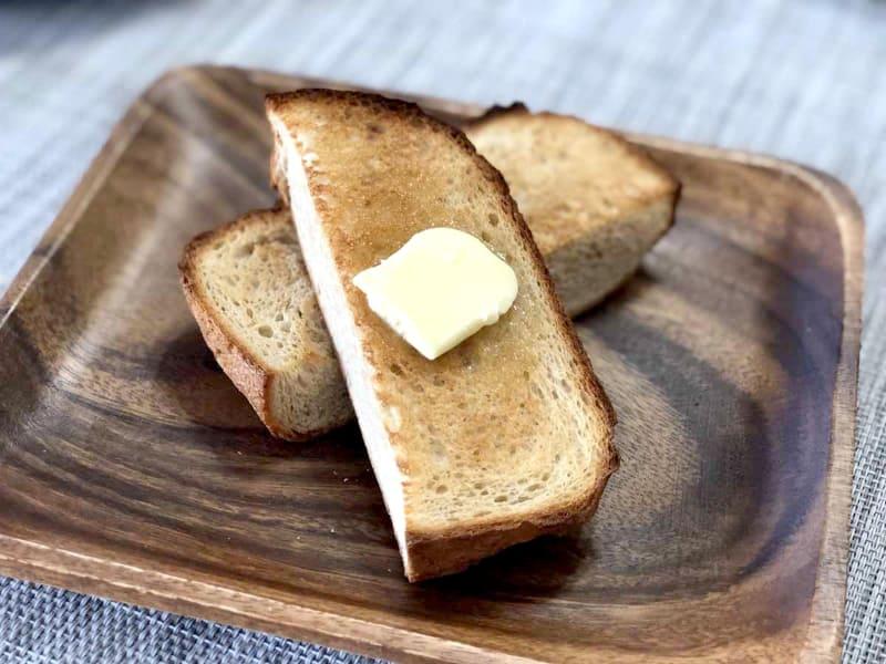 トーストしてバターを塗って食べると、カリっと香ばしく、食べやすさが増す