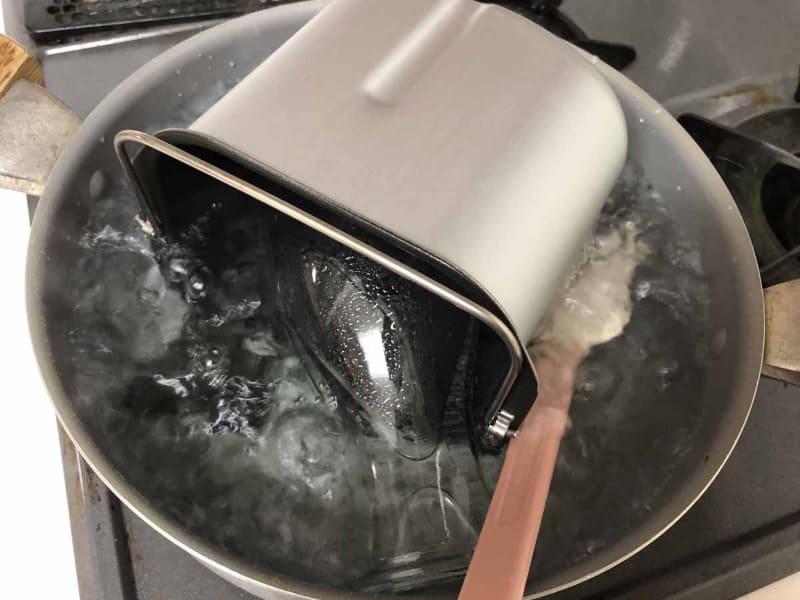 筆者が以前からやっていた方法で、パンケースとパン羽根、出来上がった甘酒を入れる容器、ゴムベラを煮沸したが……熱湯をかけるだけでもよかったかも(笑)。