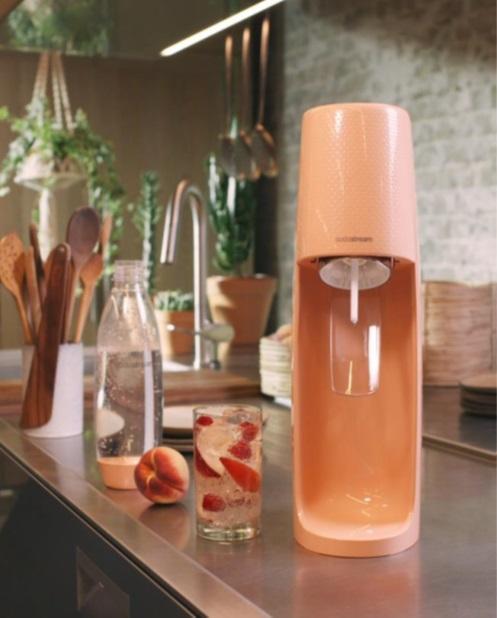 専用ボトルにもピーチカラーを採用。キッチンで映えるデザイン