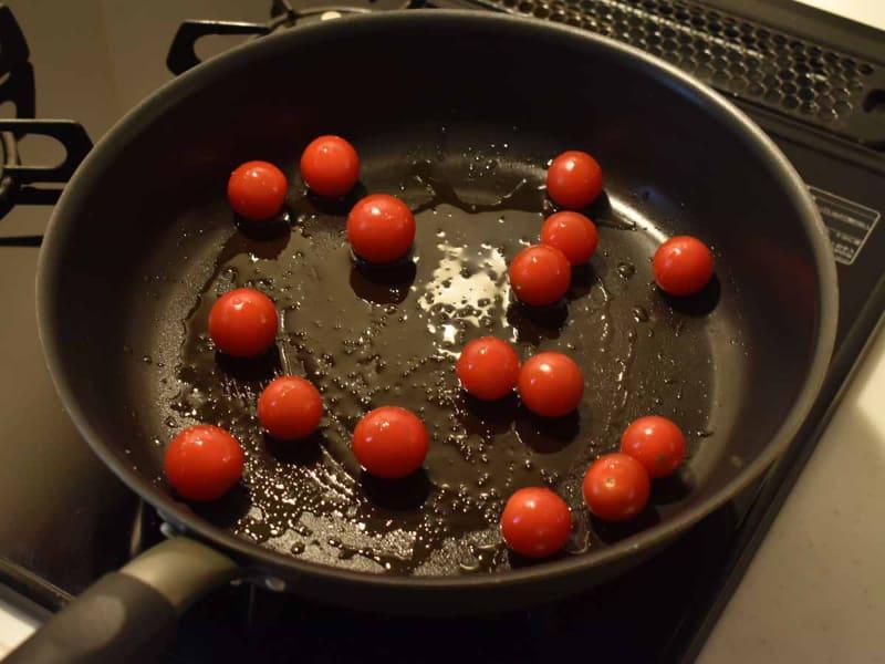 あらかじめミニトマトを炒めます