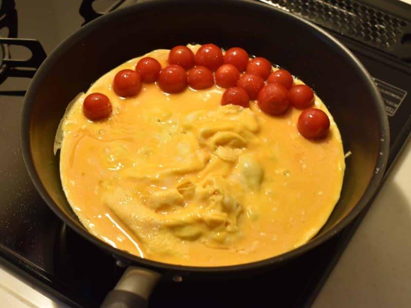 すぐに混ぜず、大きめのスクランブルエッグを作ります
