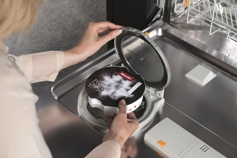 自動洗剤投入システム「AutoDos」。専用洗剤「PowerDisk」を使用する