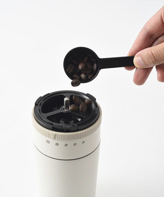 電動ミルに10~15gのコーヒー豆を入れる