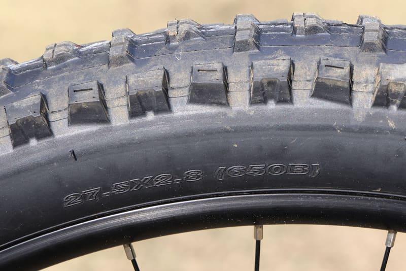 タイヤは「MAXXIS High Roller II」でサイズは27.5×2.8のセミファットタイヤ。650Bと呼ばれるタイヤですが、29インチタイヤと比べるとよりクイックな旋回に向くと言われています