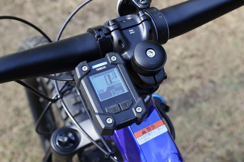 走行速度やアシストモードなど各種情報を表示するマルチファンクションメーター。踏力を示すパワーメーター表示も可能です。手前にはUSBポート(microBタイプコネクター)があり、5V/1Aが出力できるので、スマートフォンなどを充電することもできます。Bluetooth Low Energy(BLE)対応のサイクルコンピューターなどを無線接続することもでき、対応プロファイルはCSCP(車速やケイデンスを送信)とCPP(車速やケイデンスやペダリングパワーや消費エネルギーを送信)