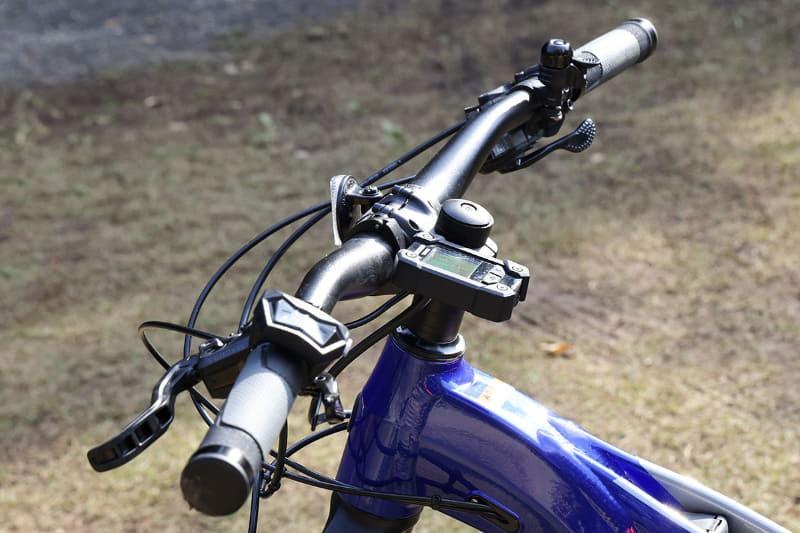 マルチファンクションメーターはハンドルより下の位置に取り付けられているので、転倒時などでも破損しにくいと思われます。ただし、スイッチユニットはハンドルの上となっています