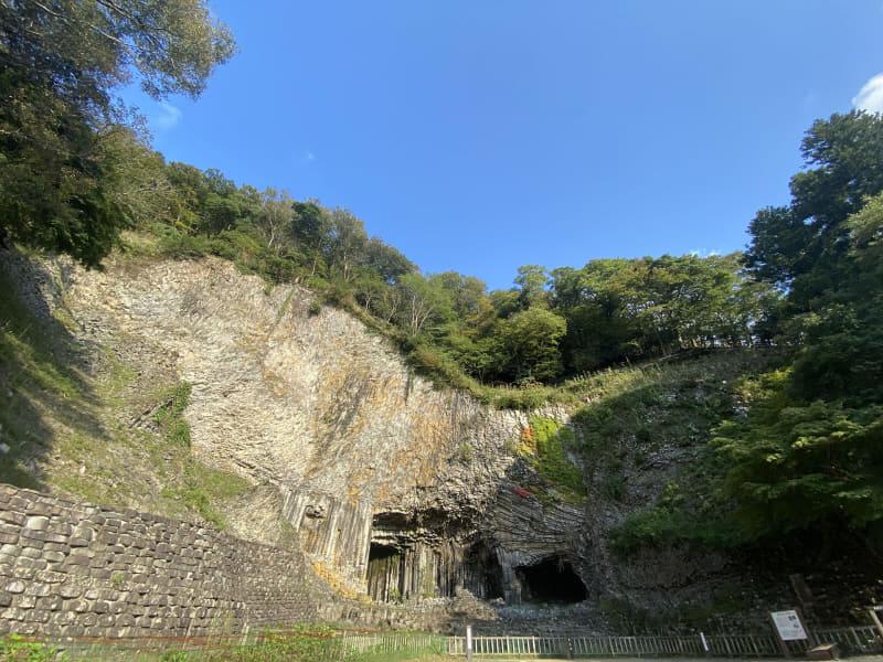 玄武洞全体像。公園内では他の洞も見学できます
