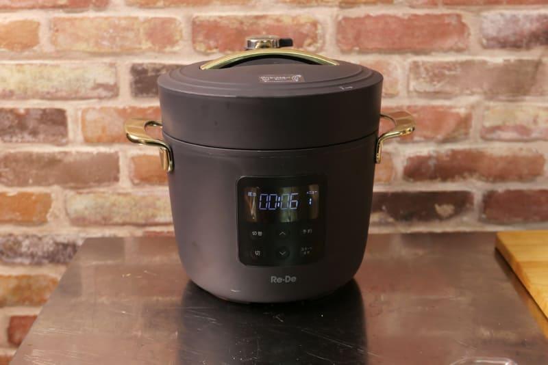 「Re・De Pot 電気圧力鍋 2L PCH-20L」のブラックモデル。非常にコンパクトで、かさばらないフォルムなので置きやすい