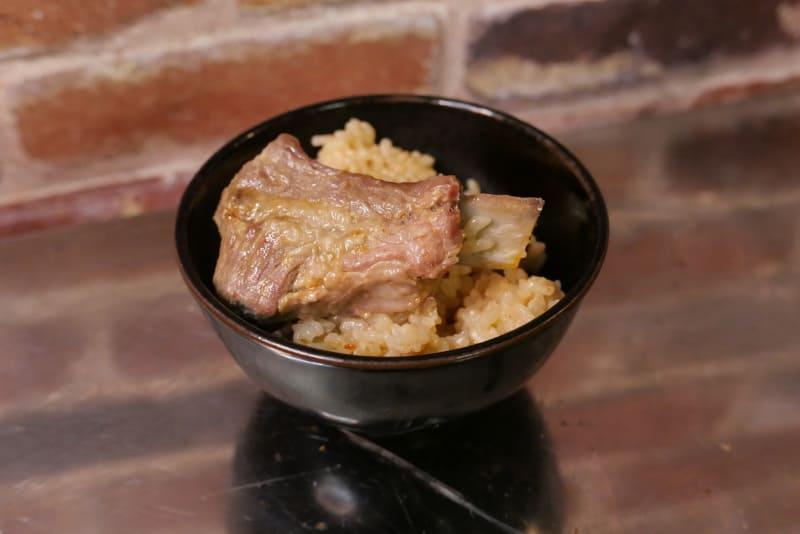 豚肉の脂と豆板醤の辛味が染みた炊き込みご飯が出来上がった