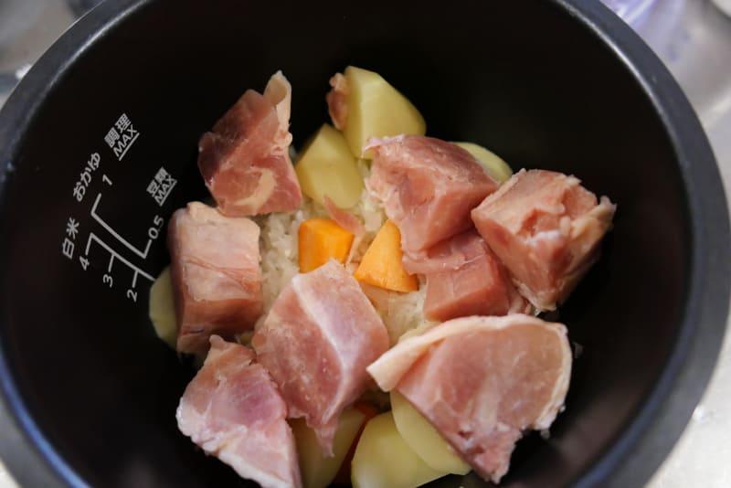 玉ねぎ、鶏肉などの具材をセットして、圧力調理する