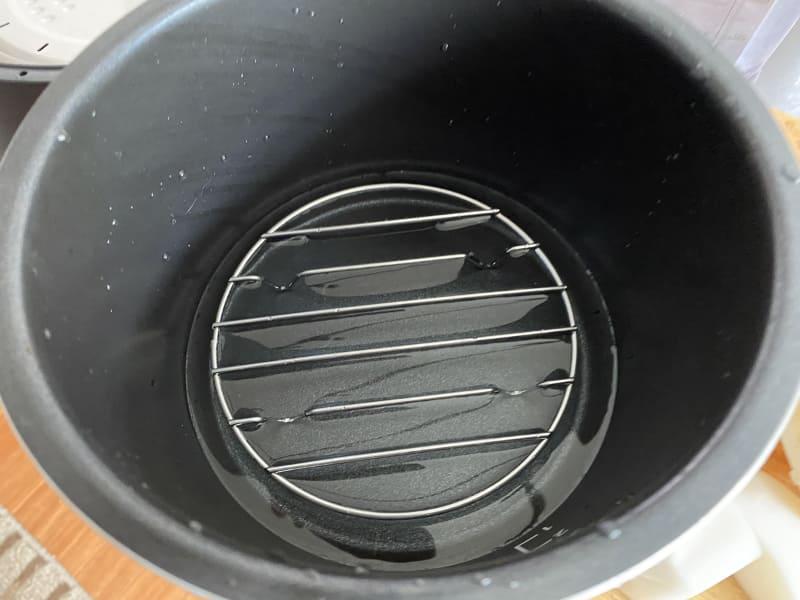 内なべに蒸し台を入れ、水を注ぐ