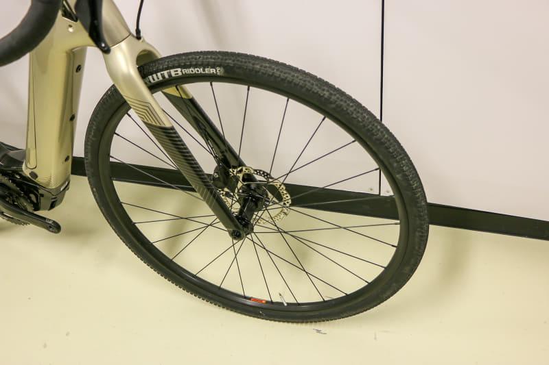 「Topstone Neo Carbon 4」はカーボン製のリジッドフォークに、WTB製Riddler Compの700×37Cというタイヤという組み合わせ