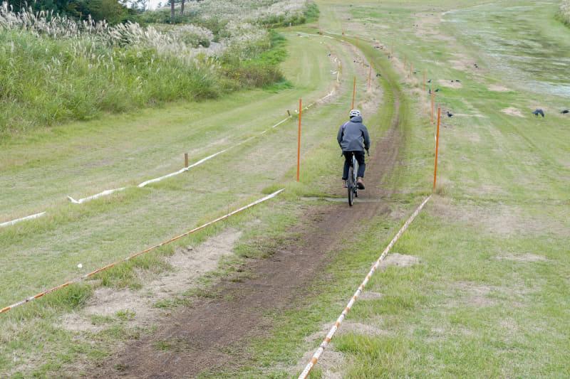 e-MTB専用コースを上り始めます。この辺は斜度もキツすぎず、路面もフラットなのでスイスイ上っていけます