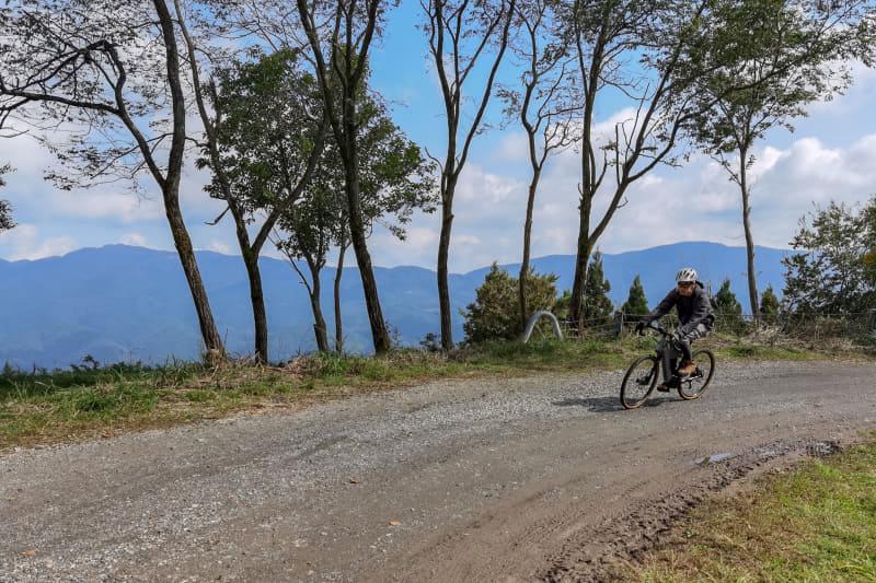 素晴らしい眺望の中をグイグイ上って行けるのはe-bikeならではの楽しさ。多少ガレているようなシチュエーションがむしろ楽しく感じます