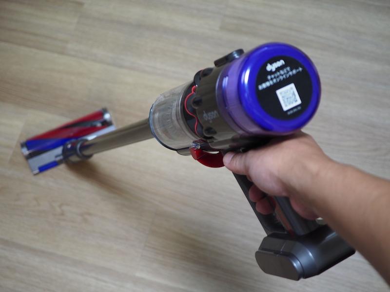 とにかく本体が軽いので軽快に掃除できる。4〜5cmくらいの段差であれば、躊躇することなくヘッドを持ち上げられる